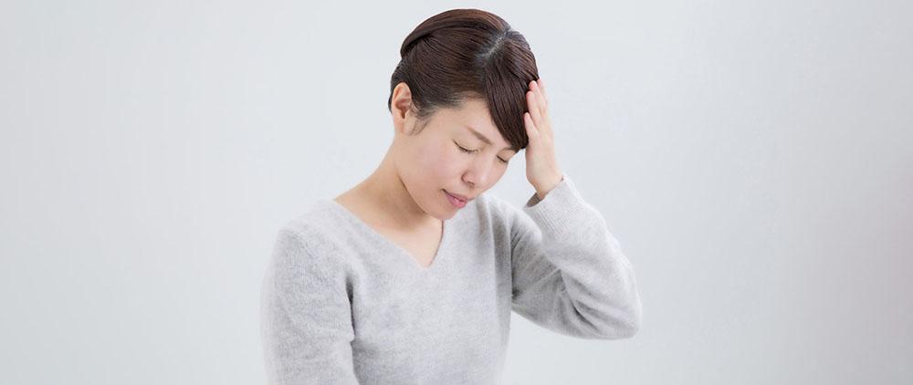 保険会社選びを失敗して後悔する女性