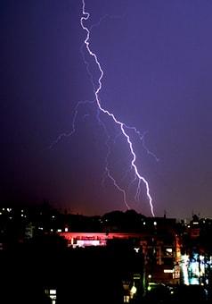雷が落ちる画像