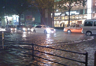 都市で大雨