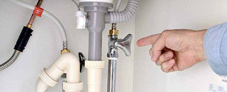 元栓を指差し確認する水道修理業者