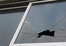 別荘の窓ガラスが破損されたイメージ